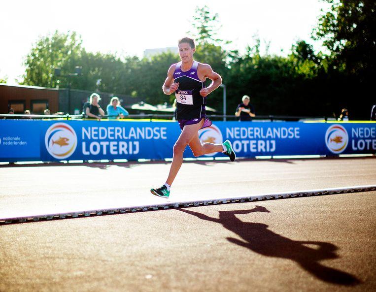 Michel Butter loopt de 5000 meter tijdens het NK Atletiek. Beeld Jiri Buller