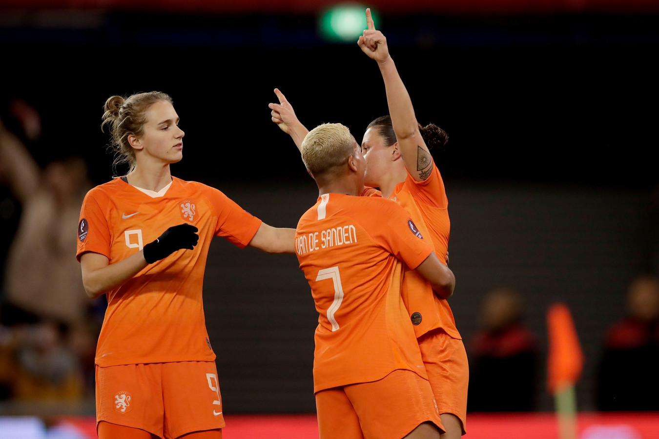 Sherida Spitse (rechts, twee keer) en Vivianne Miedema (links, ook twee keer) maakten de Nederlandse doelpunten.