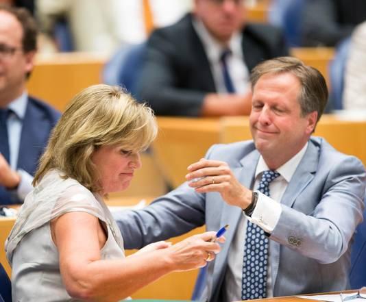Alexander Pechtold feliciteert Pia Dijkstra met de uitkomst