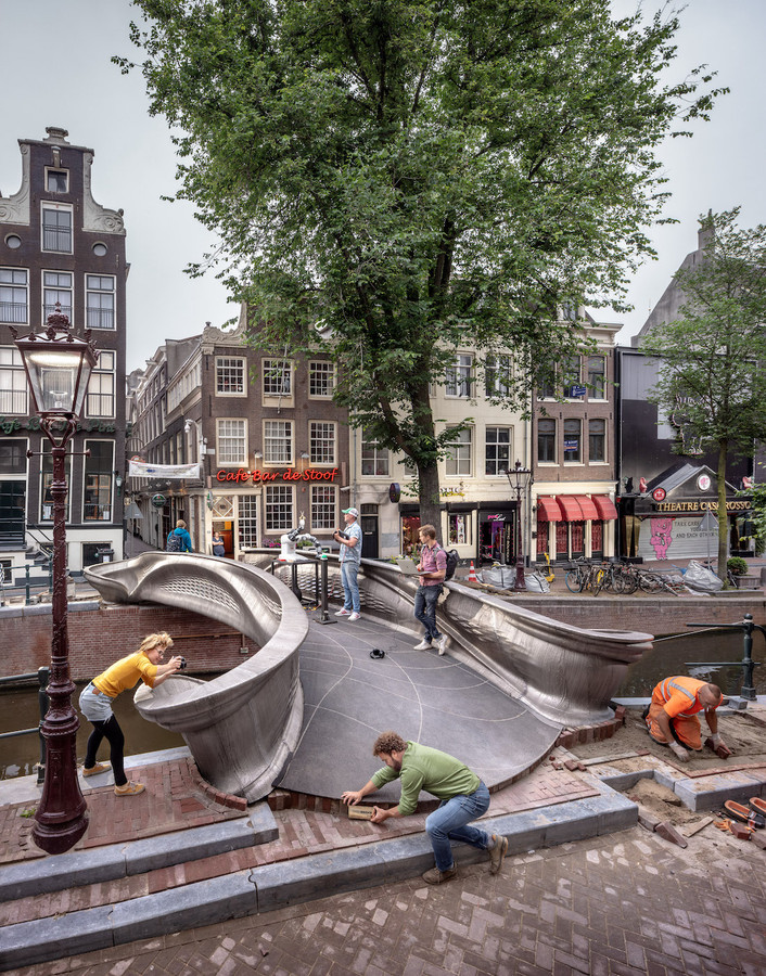 Le pont du canal Oudezijds Achterburgwal à Amsterdam.