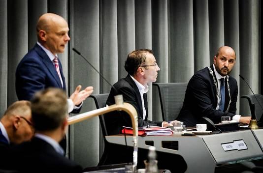 Burgemeester Ahmed Marcouch (R) luistert naar wethouder Gerrie Elfrink (SP) tijdens een raadsdebat. Elfrink gold als wethouder als 'de machtigste man' van Arnhem. Tegenwoordig is hij raadslid en assisteert hij de fractie van de SP in Den Haag.