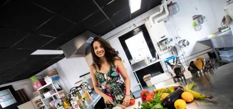 Cubaanse Suri begint afhaalrestaurant in Enschede: 'Groenten uit blik komen mijn keuken niet in'