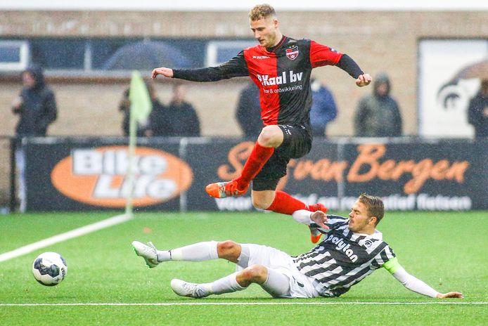 Boy van de Beek zet als aanvoerder van Achilles'29 een tackle in op Eef van Riel, in de derby eerder dit seizoen bij Achilles. Van de Beek voetbalt nu voor De Treffers.