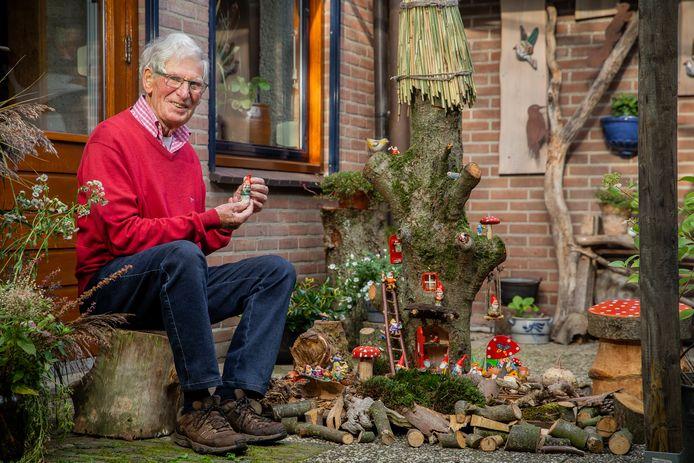 Geert Soetekouw bij de kabouterboom die hij maakte voor zijn kleinzoon.