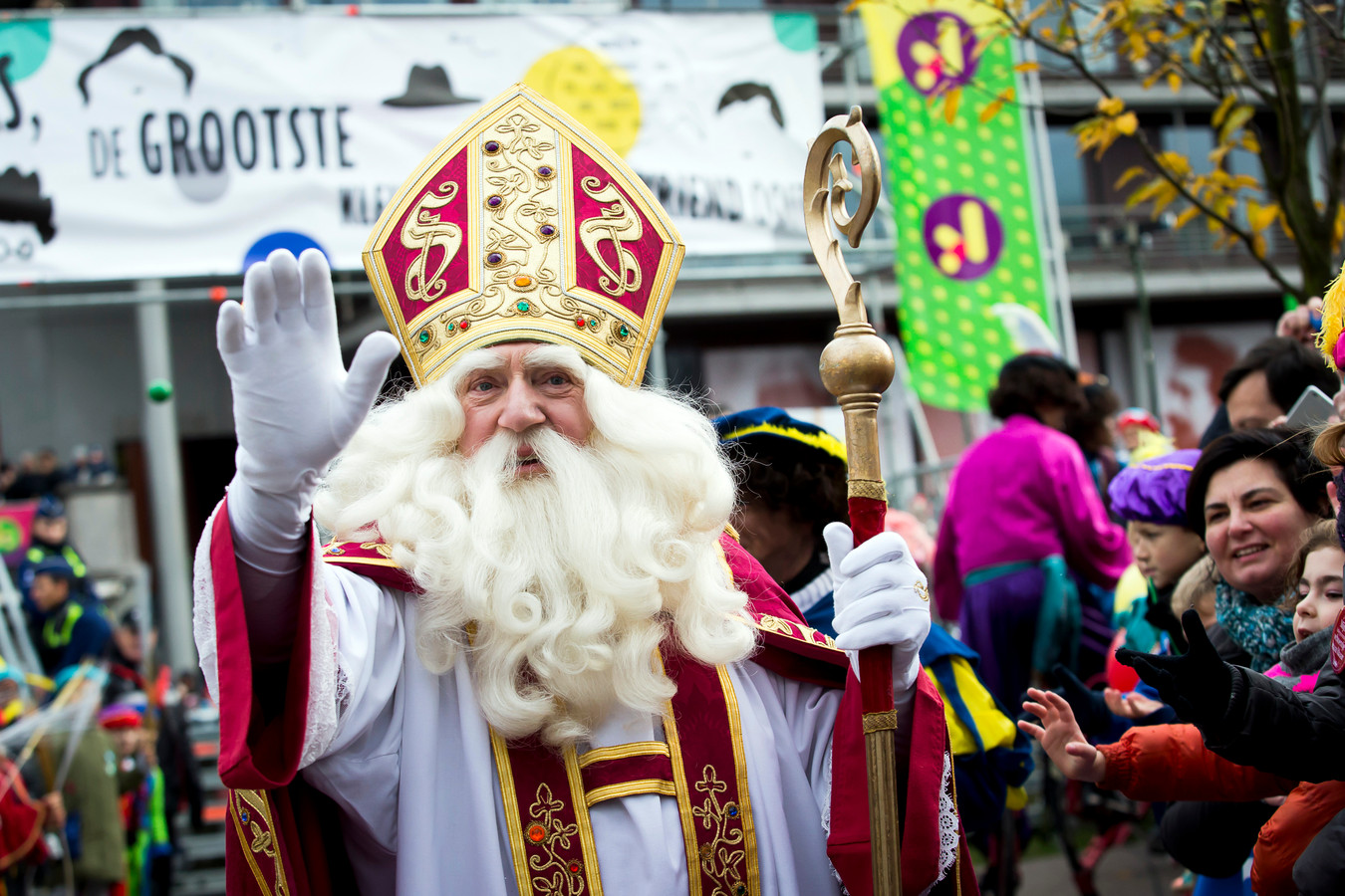 Sinterklaas vorig jaar bij zijn intrede in Antwerpen, zonder kruis op de mijter.
