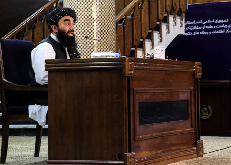 Talibanwoordvoerder Zabhiullah Mujahid tijdens een persconferentie waarin het nieuwe kabinet werd voorgesteld. Beeld EPA