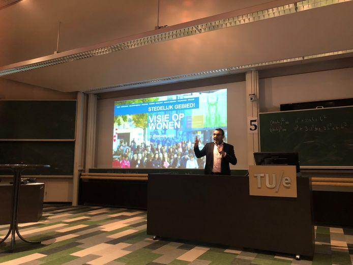 Wethouder Yasin Torunoglu van Eindhoven presenteert de Visie op Wonen van het Stedelijk Gebied Eindhoven  in het Auditorium op de TU/e.