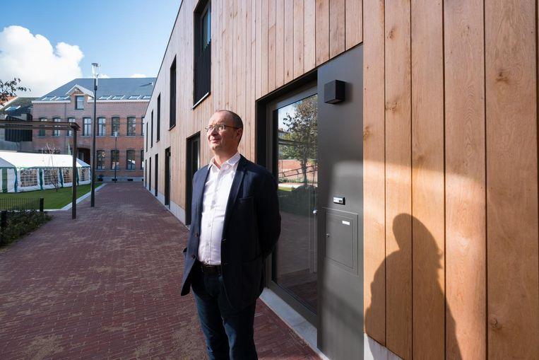 Marc Van den Eynde bij het sociaal woonproject.