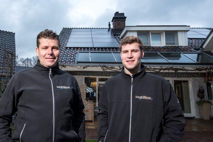 René Siegerink van bedrijf Use All Energy op de foto met zoon Michel. Hij ontwikkelde een slim zonnepaneel waardoor de gasrekening teruggebracht kan worden naar 0 euro.