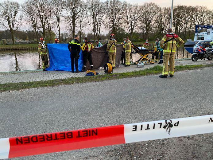 Aan het Kanaalpad bij Eefde is zondagavond een man te water geraakt.