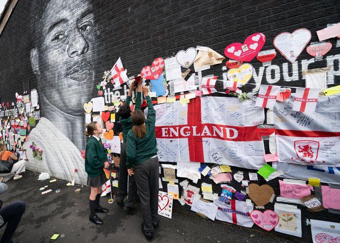 De muurschildering van Rashford werd inmiddels in ere hersteld, terwijl buurtbewoners voor boodschappen van liefde zorgden.
