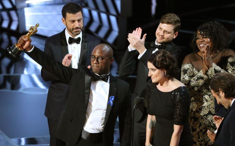Schrijver en regisseur Barry Jenkins van 'Moonlight' houdt zijn Oscar omhoog. Beeld REUTERS