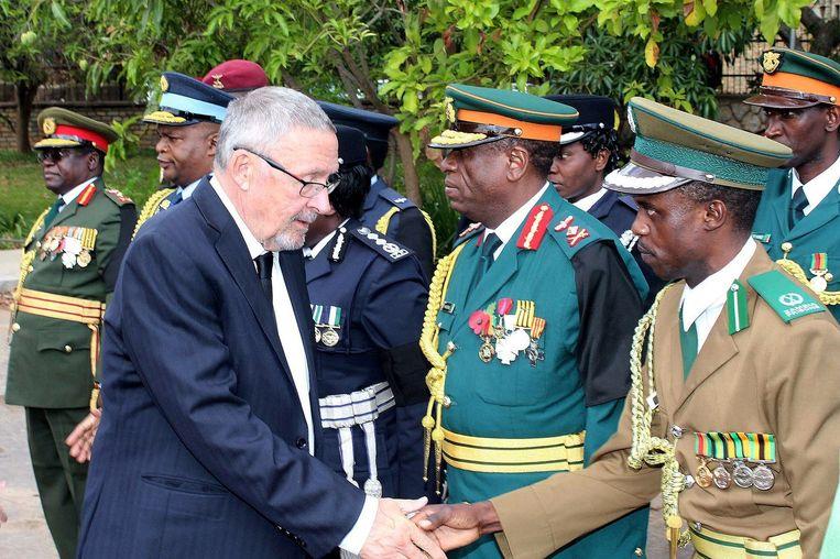 Interim-president Guy Scott feliciteert officieren van de veiligheidstroepen na het overnemen van de macht. Beeld afp