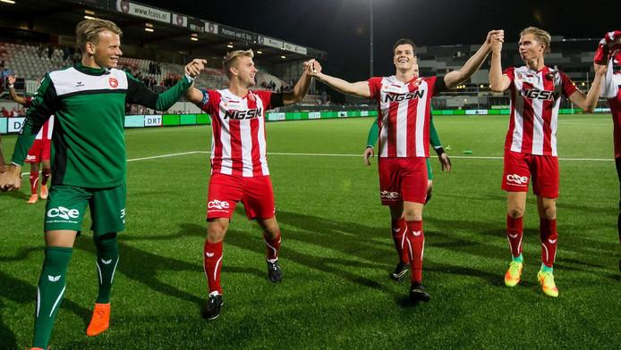 Spelers van FC Oss vieren feest met hun fans.