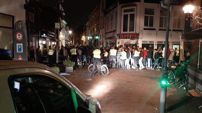 Honderden jongeren werden zaterdagavond uit de Harderwijkse binnenstad verdreven door de politie.