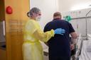Verpleegkundige Nicole (22) helpt een patiënt.