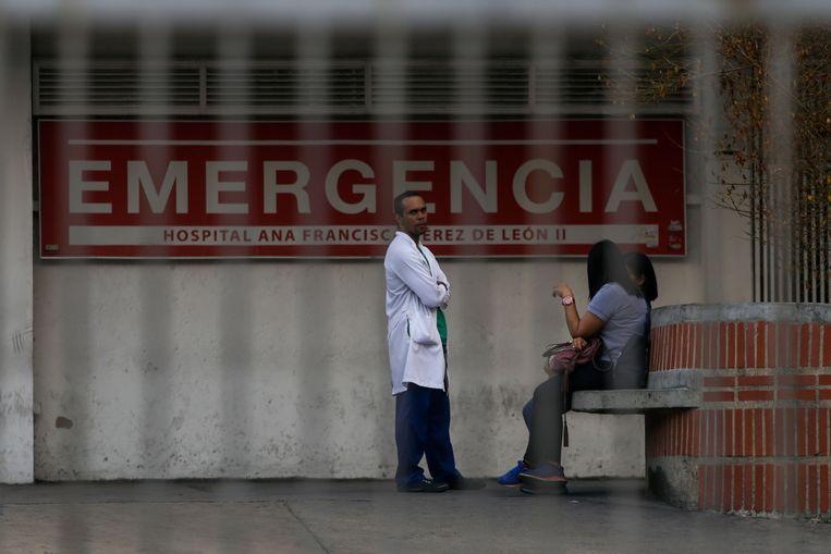 Een arts staat buiten het Ana Francisca Perez de Leon ziekenhuis in Caracas. Veel operaties en behandelingen moesten worden uitgesteld. Beeld AFP