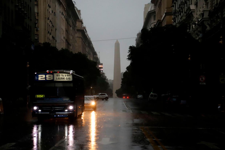 De Argentijnse hoofdstad Buenos Aires zit al urenlang zonder stroom. Het hele land, en buurland Uruguay zijn zwaar getroffen.