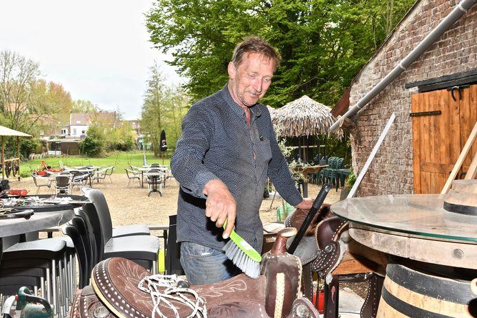 De Macote. Uitbater Johan Devrekere maakt hier zijn cowboyzadels op zijn barkrukken schoon..