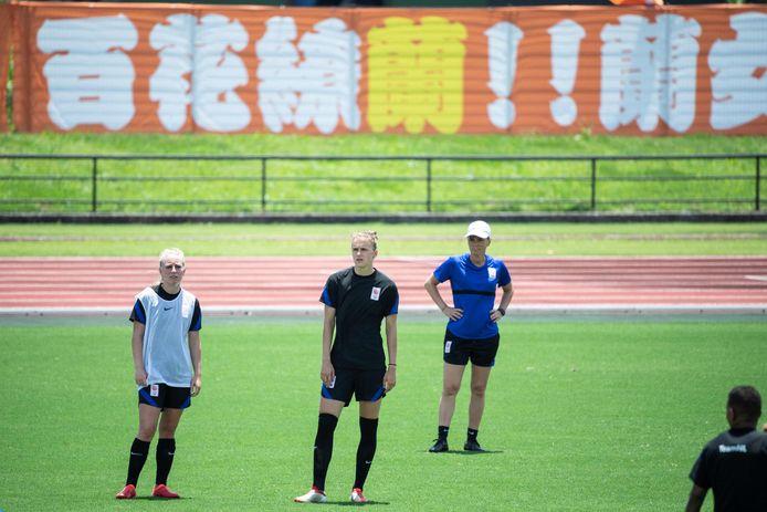 De Leeuwinnen trainen in  Kamogawa. Vlnr: Inessa Kaagman, Vivianne Miedema en bondscoach Sarina Wiegman.