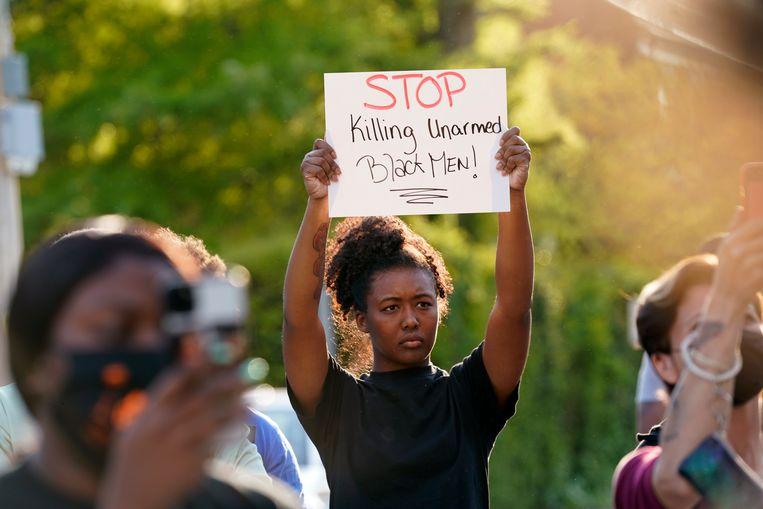 Een demonstratie in Elizabeth City nadat de politie tijdens een huiszoeking een ongewapende zwarte man heeft doodgeschoten.  Beeld AP