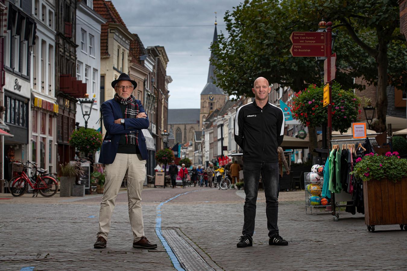 Fré Helleman (links), bij een verhaal over de aanpak van winkeldiefstal in Kampen.