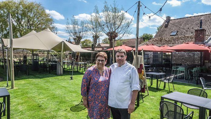 Hilde Notebaert en Wouter Beuselinck in hun tuin die is omgebouwd tot een buitenrestaurant.