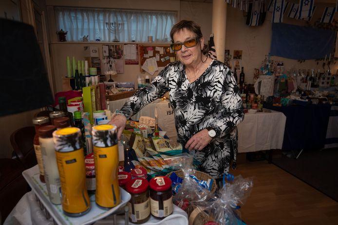 Janny Kok (70) verkoopt aan huis producten van het Israel Producten Centrum IPC.