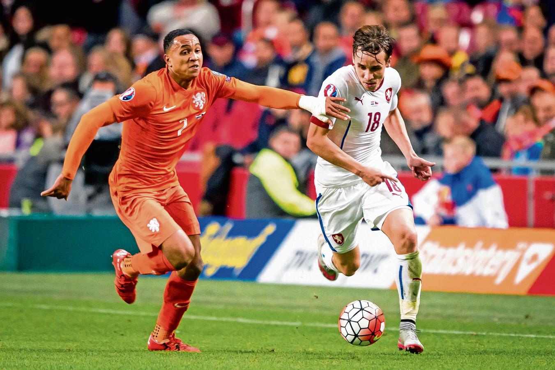 Josef Sural in 2015 in actie tegen Oranje. Links Kenny Tete.