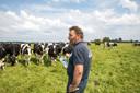 Jaco Visscher bij zijn koeien, die hem bevreemdt aankijken: wat moet die gast ineens met een fles melk in het weiland?