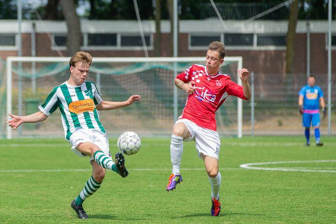 AWC-speler Teun Vlassak heeft alleen oog voor de bal in het oefenduel met Alverna.