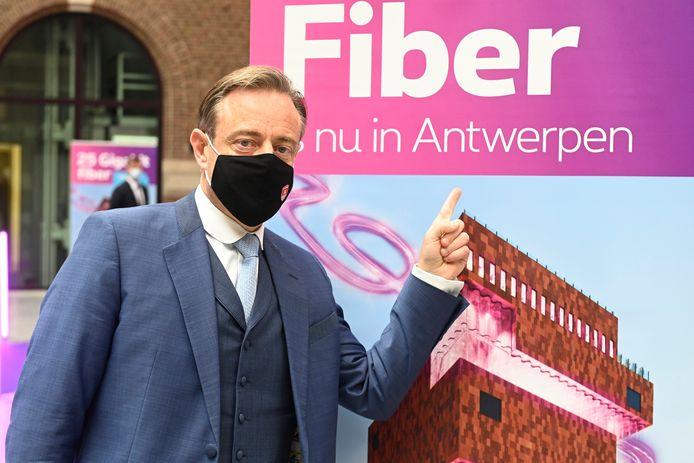 Le bourgmestre d'Anvers Bart De Wever n'est pas peu fier: le réseau de fibre optique le plus rapide du monde a été activé à Anvers.