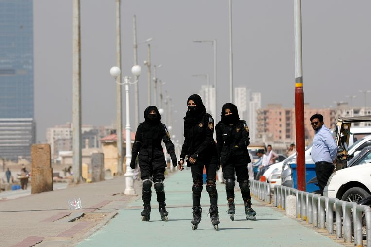Vrouwelijke agenten patrouilleren op skeelers langs de kust in Karachi, de grootste stad van Pakistan.  Beeld REUTERS