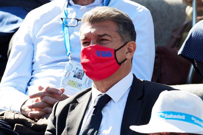 FC Barcelona-voorzitter Joan Laporta kijkt toe.