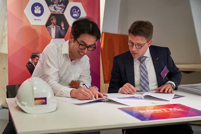 Leon Yen (links) van digitaal beveilingsbedrijf Threatspan tekent de deelname-overeenkomst met PortXL.