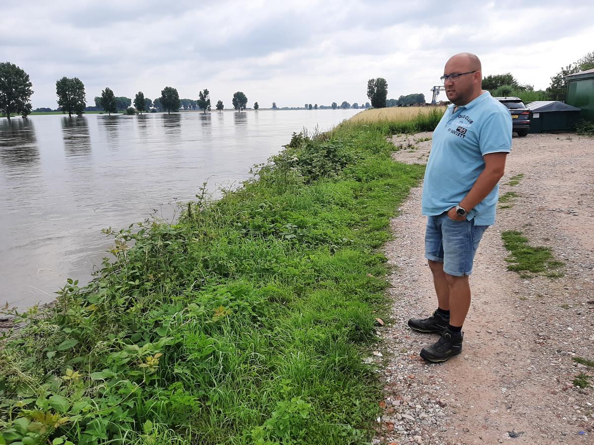 Patrick Stultiëns aan de Maas, waar zondagavond een dronken Pool voorbij dreef in een rubberbootje.