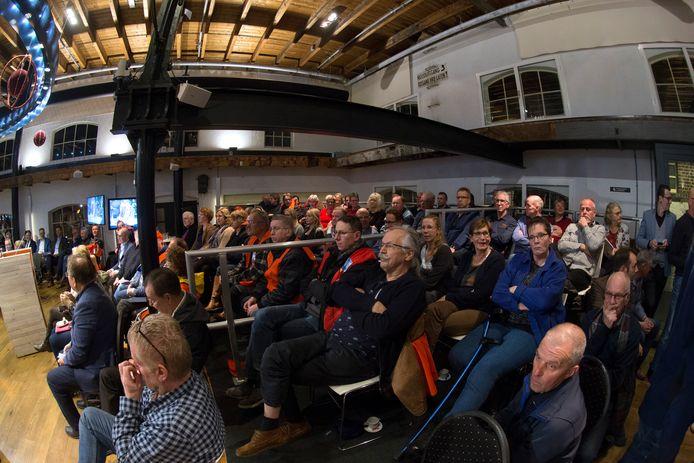 De publieke tribune zat donderdagavond bomvol tijdens de raadsvergadering over de toekomst van Laborijn.