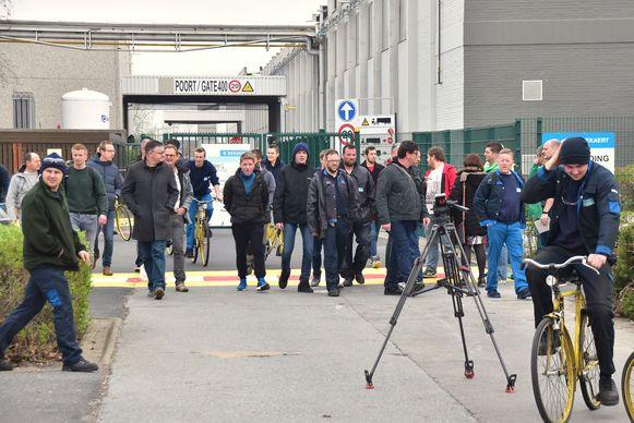 Een beeld van gisteren: werknemers van Bekaert druipen af nadat ze in het Bekaert Technology Center in Deerlijk uitleg hebben gekregen over de geplande herstructurering.