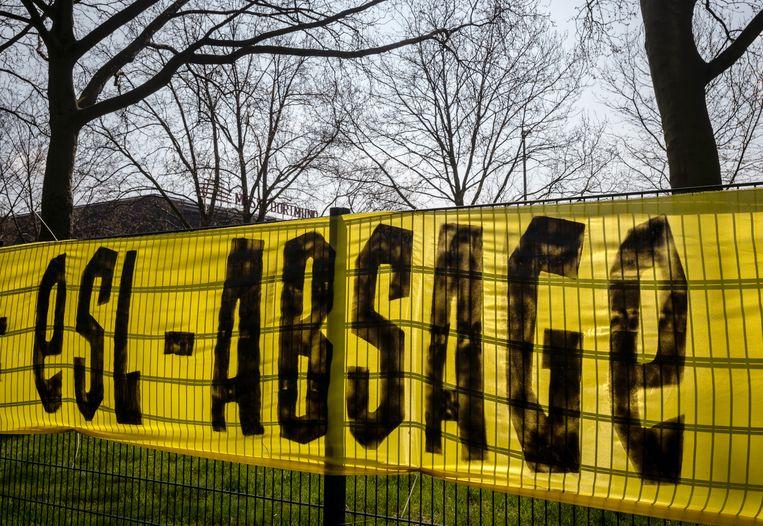 Een spandoek tegen deelname aan de aangekondigde European Super League (ESL) bij de club Borussia Dortmund. Borussia-voorzitter Hans-Joachim Watzke heeft zelf (nog) geen stelling genomen tegen het plan voor een nieuwe elitecompetitie. Beeld Bernd Thissen/dpa