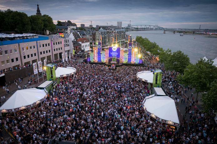 Grote mensenmassa's, zoals hier tijdens de Vierdaagsefeesten, zijn op dit moment uit den boze in Nijmegen.