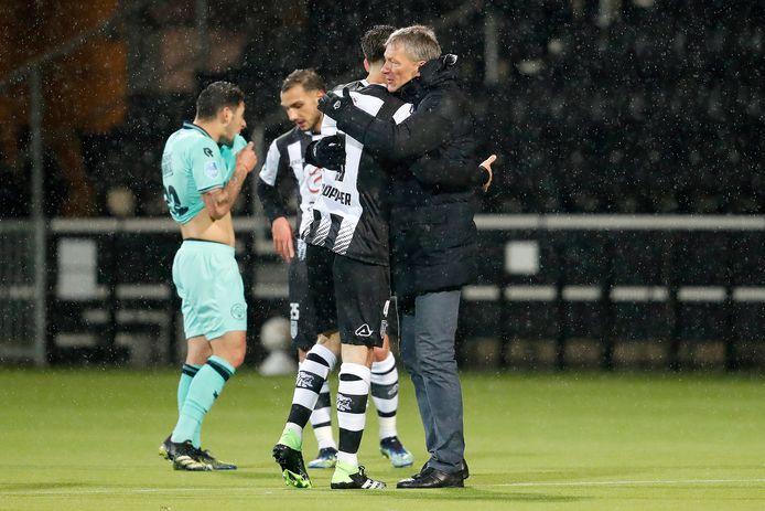 Frank Wormuth met zijn oud-aanvoerder Robin Pröpper. De speler vertrekt bij Heracles en kiest voor FC Twente. Volgens de trainer gaat het om geld. Hij vindt FC Twente geen sportieve stap omhoog.