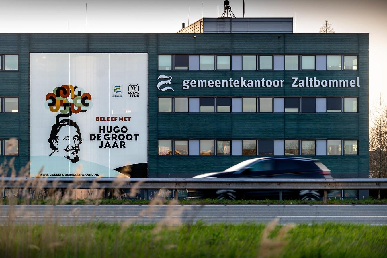 Met een spandoek van honderd vierkante meter aan de gevel van het gemeentekantoor vestigt Zaltbommel de aandacht op het Hugo de Grootjaar.
