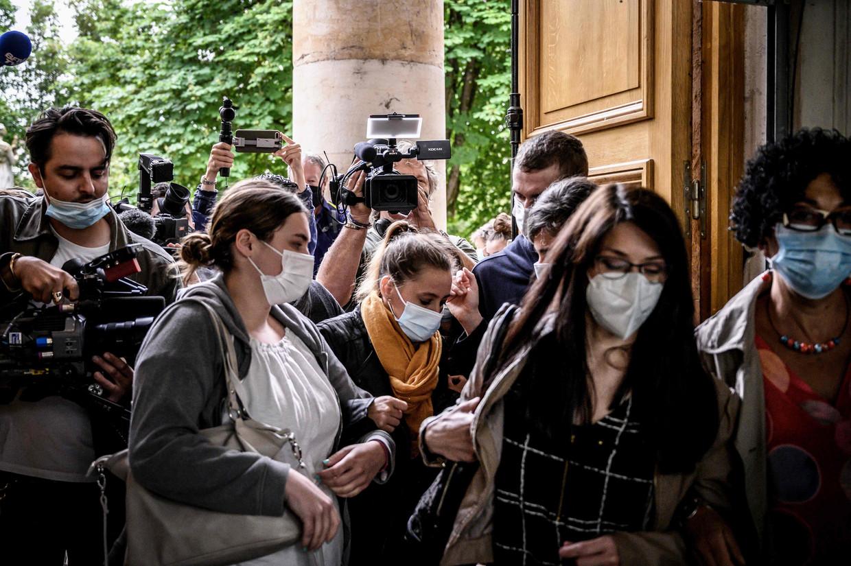 Onder enorme mediabelangstelling komt Valerie Bacot (met de gele sjaal) aan bij het de rechtszaal van Chalon-sur-Saone. Beeld AFP