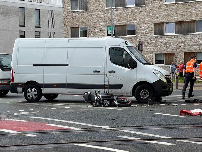 De motorrijder kwam met z'n benen onder de bestelwagen terecht.