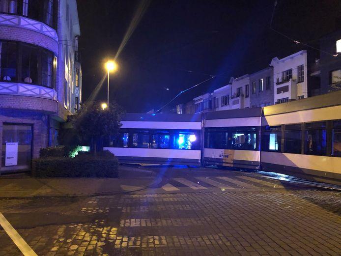 De tram reed rechtdoor bij de afslag naar de Cruyslei.