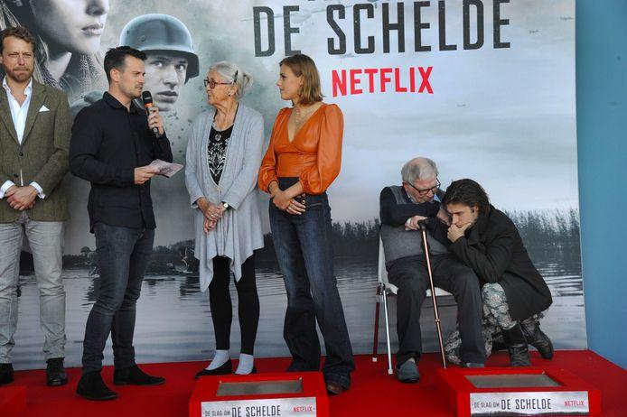 Gijs Blom troost Casper Traas tijdens de Netflix-première van Slag om de Schelde.
