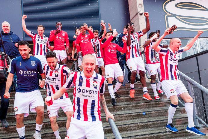 Blije gezichten bij de spelers van Willem II nadat ze zich wisten te handhaven in de eredivisie.