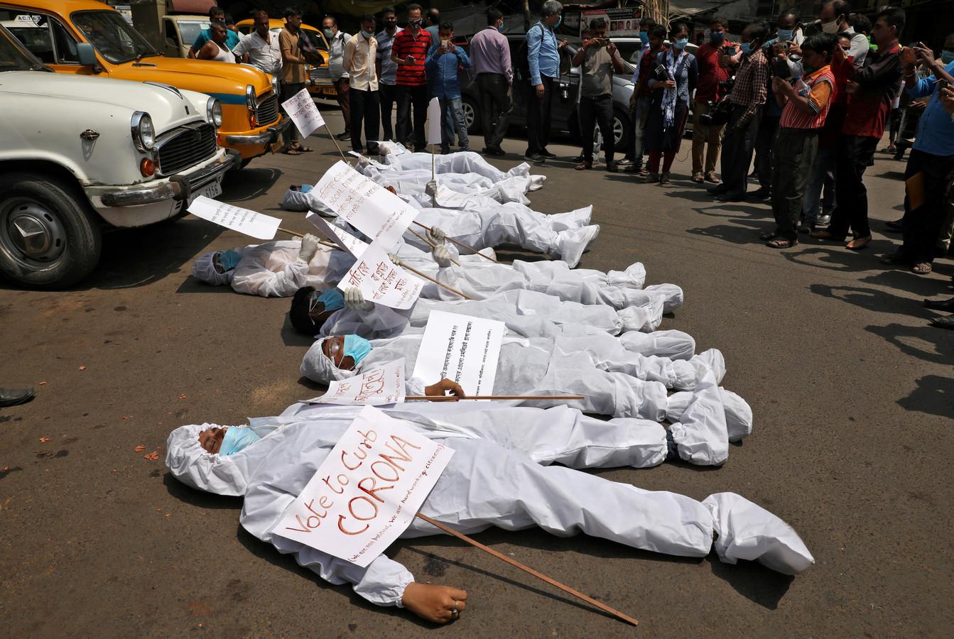 Demonstranten in de deelstaat West Bengalen protesteren tegen het doorgaan van de verkiezingen: het verwijt aan premier Modi is dat hij zich onvoldoende op de pandemie richt.