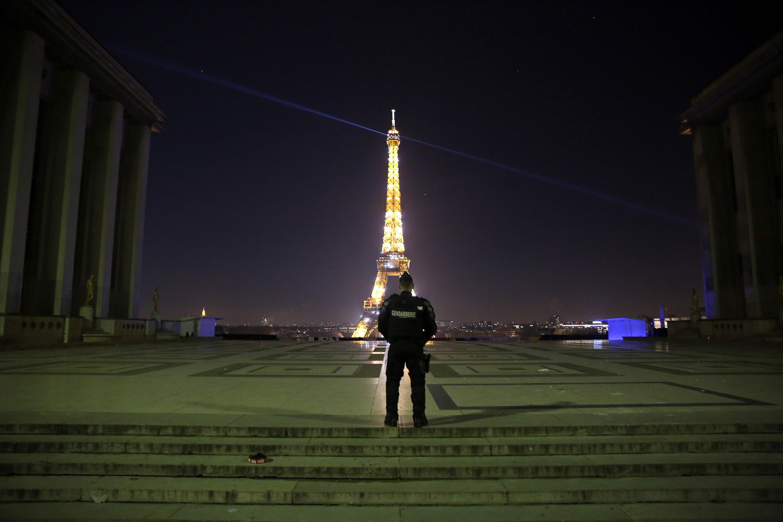 Een politieagent controleert op het naleven van de avondklok tijdens de jaarwisseling in Parijs.