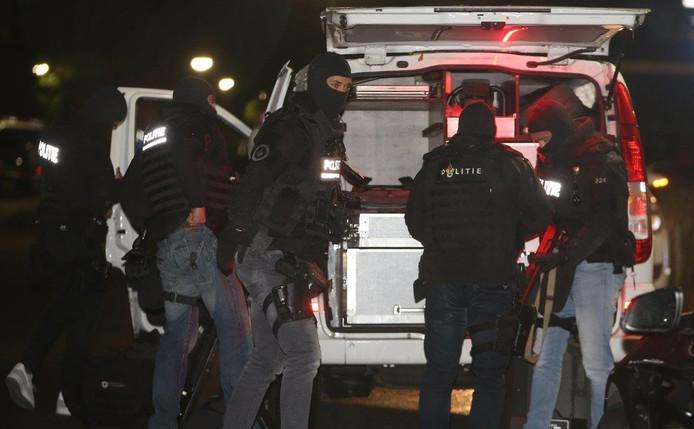 Het arrestatieteam aan de Nemelaerstraat in Haaren.